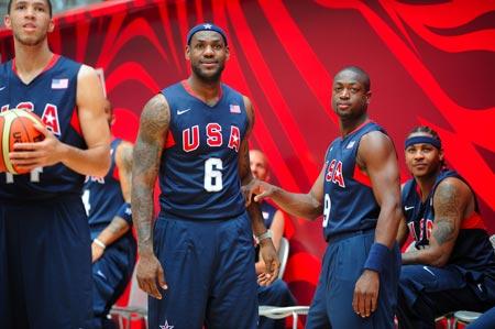 图文:[NBA]梦八亮相图 詹姆斯特写