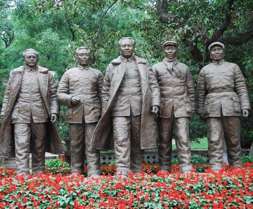 五位伟人的雕塑