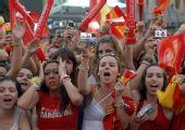 图文:西班牙国家队凯旋 球迷欢迎队员归来
