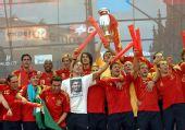 图文:西班牙国家队凯旋 球员球迷共庆胜利