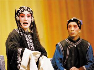 刘桂娟(左)、刘树军在《六月雪》中精彩表现。本报记者 庞 剑摄(本报北京数码传真)