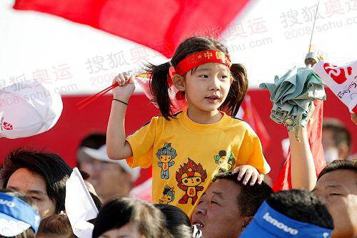 市民热情迎接北京奥运圣火