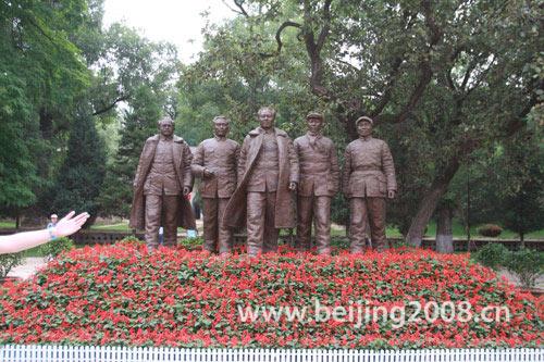枣园革命旧居内五大书记塑像