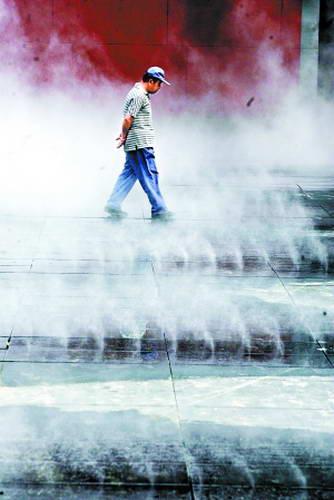 数百平方米的地面上喷出细细的雾气,让人们仿佛置身仙境。