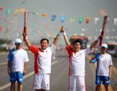 图文:奥运圣火在银川传递 齐宁交接后庆祝