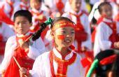 图文:奥运圣火在银川传递 小学生们表演