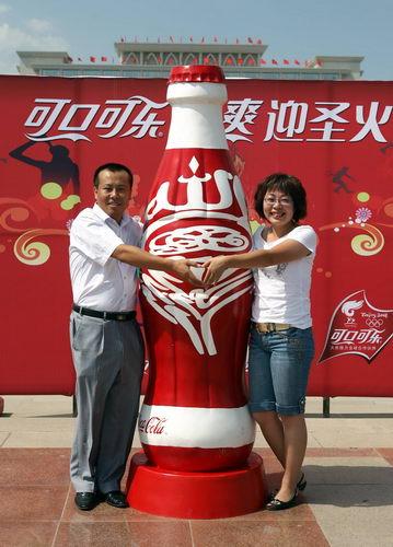 """由袁小楼、杨晔夫妇共同创作的""""盛世火炬""""是宁夏回族自治区的可口可乐艺术瓶冠军作品,它以回文特殊的表现方式与奥运火炬造型相结合,寓意""""科技使人进步"""",尽显宁夏文化艺术特色。"""