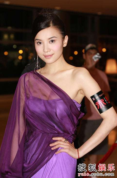 一袭紫色长裙高贵幽雅
