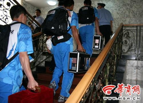 圣火灯在护卫队员护送下进入二楼房间