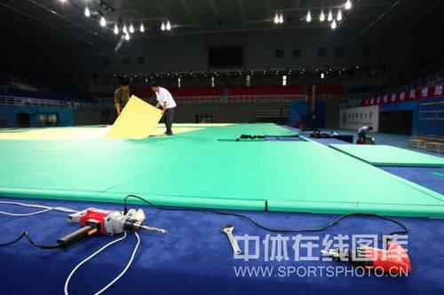 图文:奥运场馆内装修 北科大体育馆布置柔道台