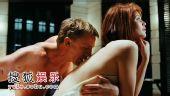 007最新剧照曝光 邦德热吻邦女郎激情挑逗(图)