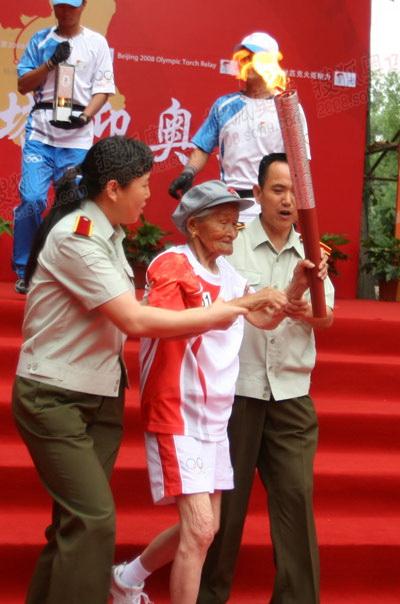 93岁老红军刘天佑传递圣火
