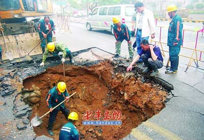 工作人员在抢修延安三路上坍塌的大坑。本报见习记者 吴鲲 郭婷婷 摄影报道