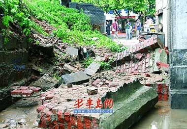 青岛大雨地面塌陷2米长大坑 交通瞬间瘫痪(图