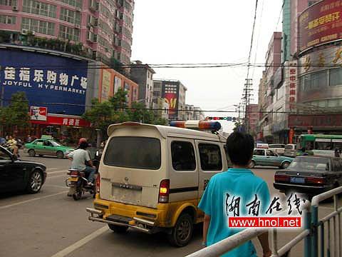 """佳福乐购物广场附近,喷绘""""中国公路""""的无牌车"""