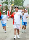 图文:奥运圣火在延安传递 火炬手张林森传递中