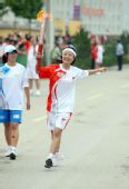 图文:奥运圣火在延安传递 火炬手姬娜正在传递