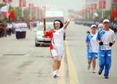 图文:奥运圣火在延安传递 火炬手樊晓梅传递中