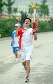 图文:奥运圣火在延安传递 火炬手王兴龙传递中