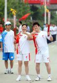 图文:奥运圣火在延安传递 李凯与阎伟伟交接