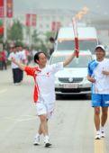图文:奥运圣火在延安传递 火炬手胡柏平传递中