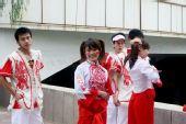 组图:圣火传递延安站 身穿陕北服装的花车宝贝
