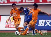 图文:[中超]青岛1-3陕西 李毅以一抗三