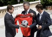 图文:俄罗斯总统接见国足将帅 希丁克赠送球衣
