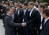 图文:俄罗斯总统接见国足将帅 总统与将帅握手