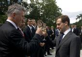 图文:俄罗斯总统接见国足将帅 与将帅干杯