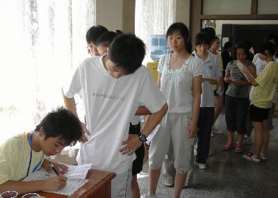 考生们排队领取考号。