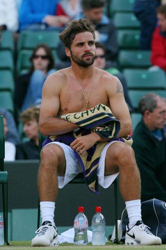 法国型男半裸擦汗