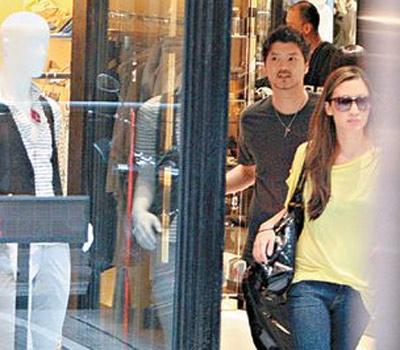买完衣服之后,婷婷与男友离开商场