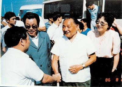 1986年,时任天津开发区管委会副主任的叶迪生全程陪同邓小平同志考察天津开发区