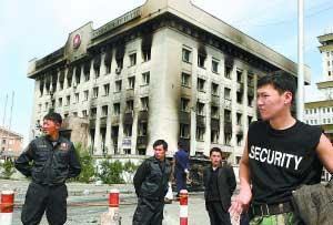 7月2日,安保人员守卫在蒙古国首都乌兰巴托的蒙古人民革命党(人革党)党部大楼前。新华社记者 郝利锋摄