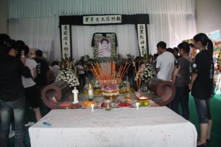 图文:徐浪追悼会在武义举行 灵堂中气氛悲伤