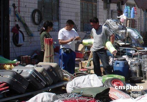 5月29日,几名蒙古国商人正在塔克什肯口岸边贸区采购日用百货。据了解,蒙古国西北五省以牧业为主,工业基础薄弱,日用百货、建材、电子、蔬菜水果等产品全从塔克什肯口岸进口。塔克什肯口岸是中国对蒙古国开放的第二大口岸,口岸以中蒙双边易货贸易、旅游购物为主,是蒙古国西北五省重要的生产生活物资供应基地。 中新社发 缑烨 摄