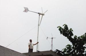 胶州市民范永光自制安装的风力发电机每天发电20多度 可使用20多年 牟成梓/摄