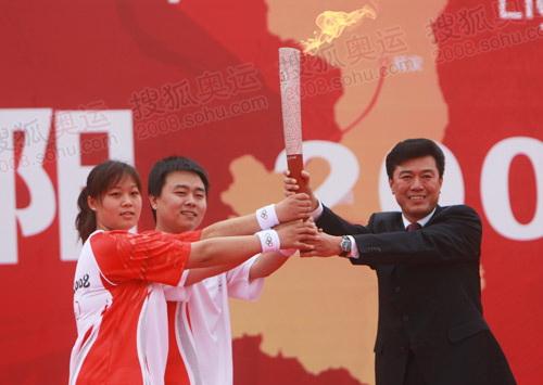 张波张敏接过奥运火炬