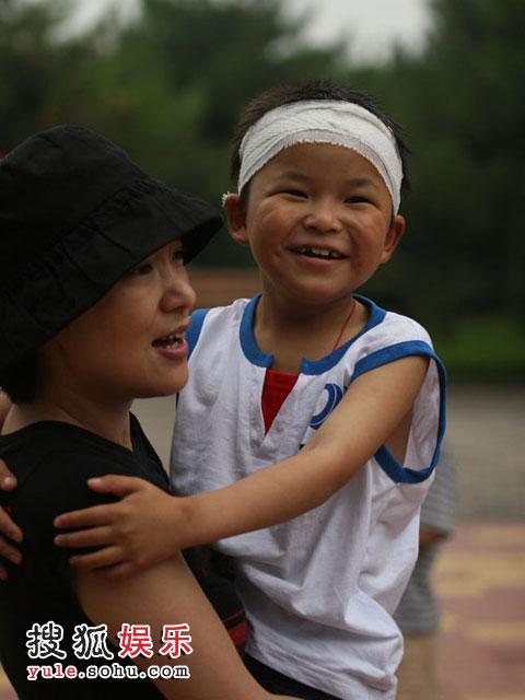 林浩被周彦宏抱着开心极了
