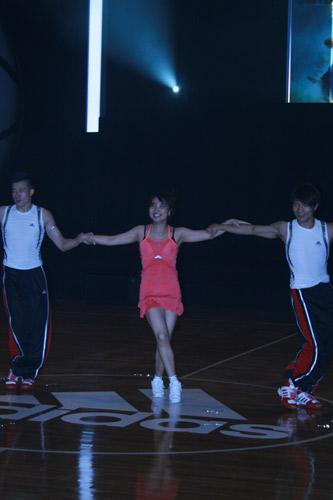 图文:零号特工访华 健美队表演
