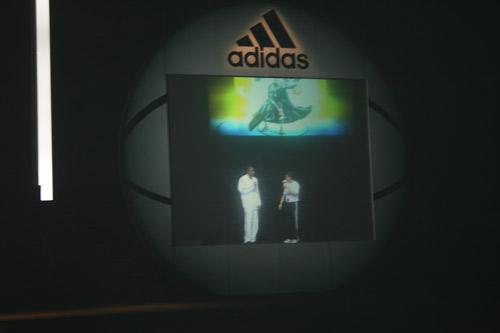 图文:零号特工访华 灯光篮球