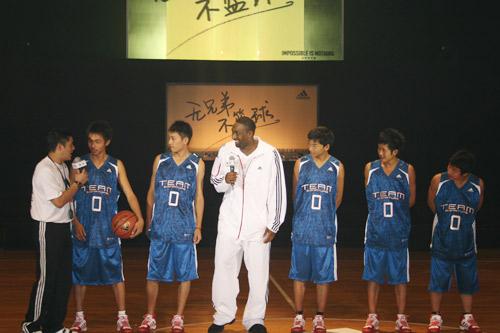 图文:零号特工访华 零号特工和汶川篮球队