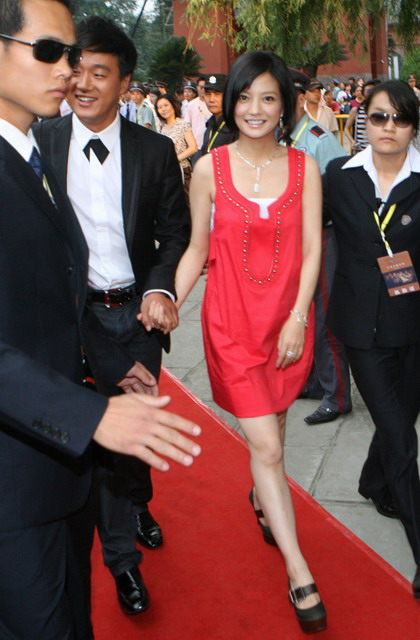 组图:《赤壁》成都首映红毯 佟大为赵薇