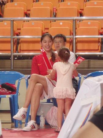 图文:中国女篮战胜古巴 表情轻松