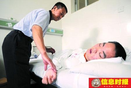 丁国福每天帮儿子按摩几次希望儿子能够早日站起来。 时报记者 朱元斌 摄