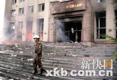 一名士兵在蒙古人民革命党党部大楼前巡逻。