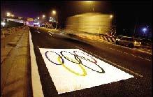 昨天傍晚,北五环上的奥运专用车道施划完毕。本报记者 欧阳晓菲 摄