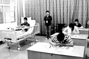 """昨天,在德阳""""病房考场""""内,4名东汽中学考生正在填写答题卡。新华社记者"""