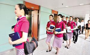 南航的空乘人员已为直航包机准备就绪。 杜江 摄